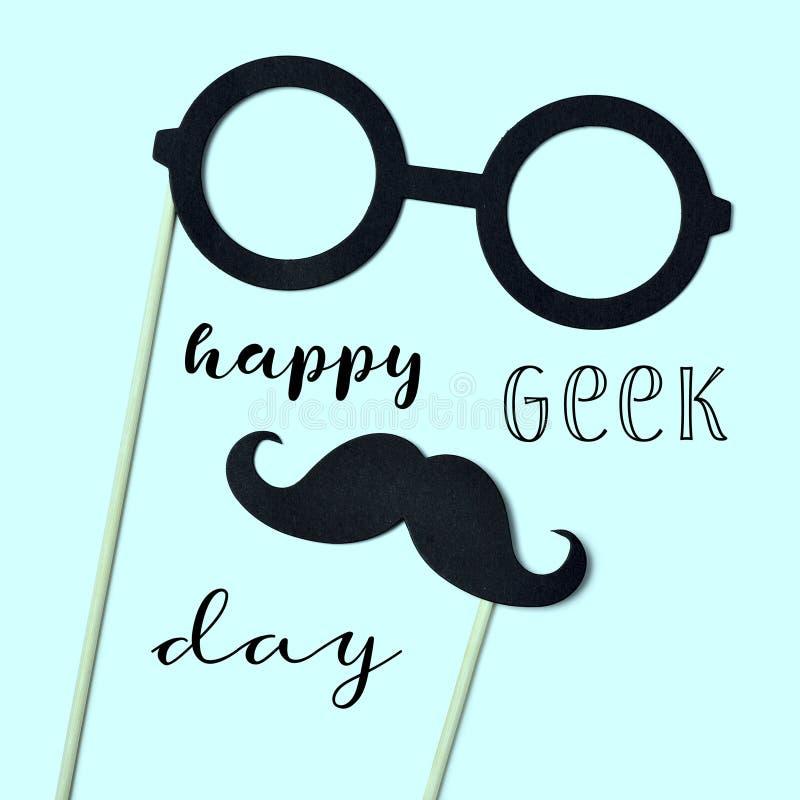 Glücklicher Aussenseiterstolz der Brillen, des Schnurrbartes und des Textes stockfotografie