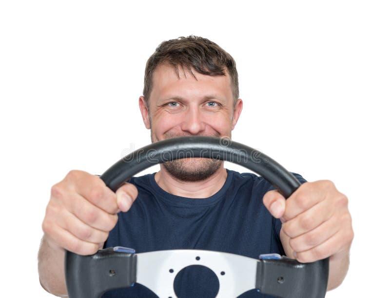Glücklicher bärtiger Mann mit dem Lenkrad, lokalisiert auf weißem Hintergrund, Autofahrerkonzept lizenzfreie stockbilder