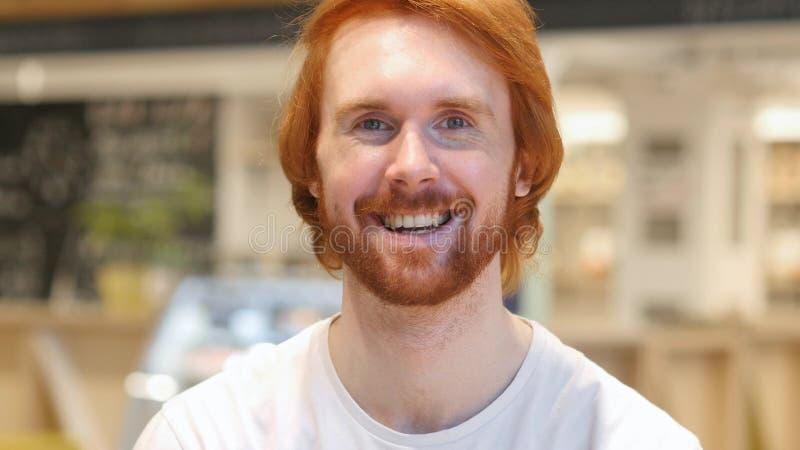 Glücklicher Bart-Mann, der Kopf rüttelt, um zuzustimmen, ja lizenzfreie stockbilder