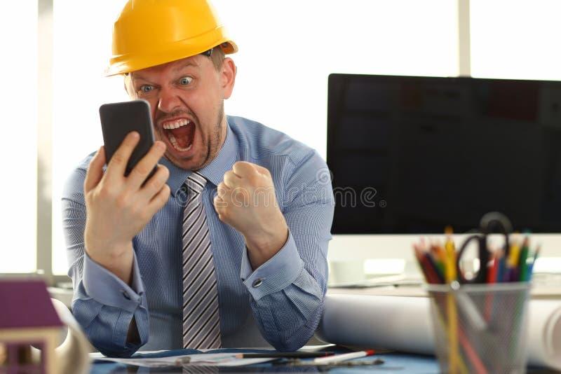 Glücklicher Bauingenieur, der in seinem schaut stockfoto