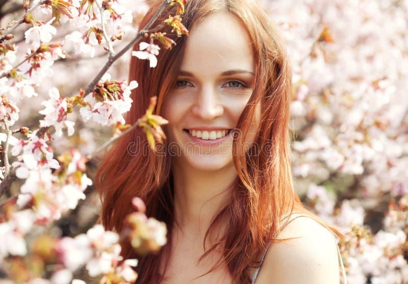Glücklicher Blumengarten der jungen Frau im Frühjahr stockbilder