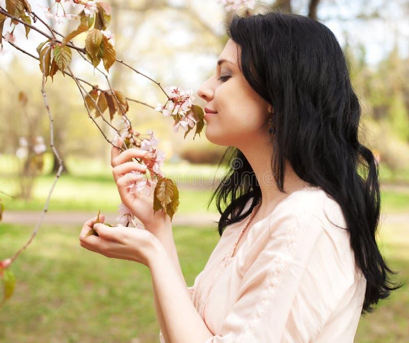 Glücklicher Blumengarten der jungen Frau im Frühjahr lizenzfreie stockfotos