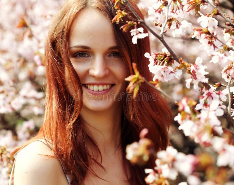 Glücklicher Blumengarten der jungen Frau im Frühjahr stockfoto