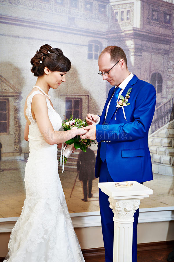 Glücklicher Bräutigam trägt Ehering seine Braut lizenzfreies stockbild