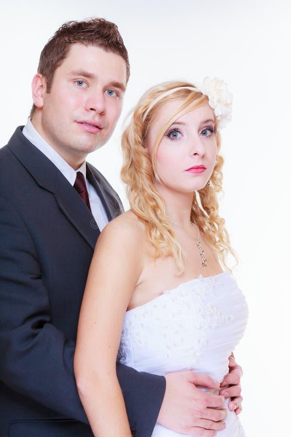 Glücklicher Bräutigam und Braut, die für Heiratfoto aufwirft stockbilder
