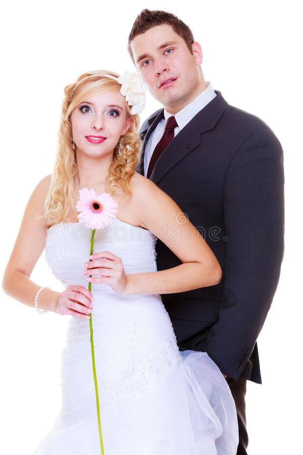Glücklicher Bräutigam und Braut, die für Heiratfoto aufwirft stockbild
