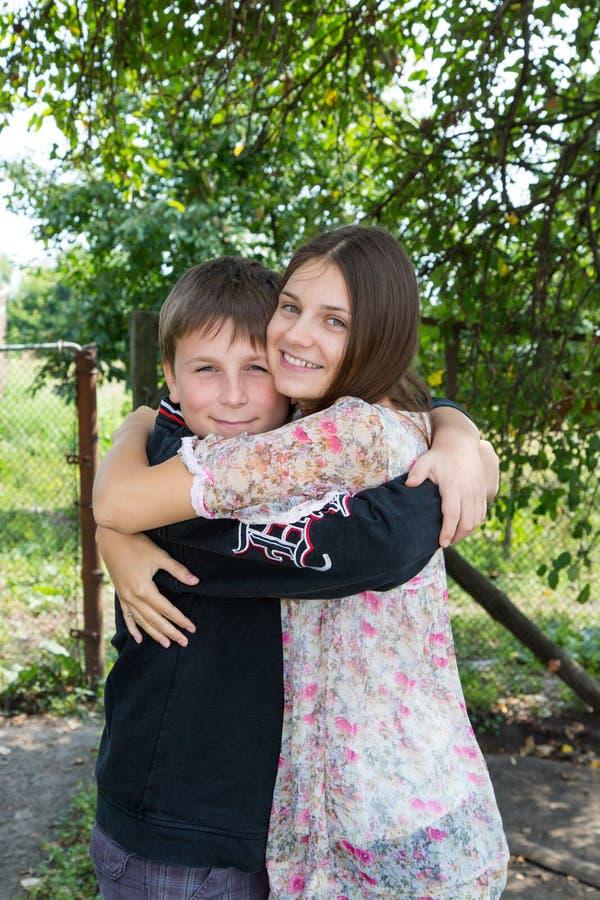 Glücklicher Bruder und Schwester lizenzfreies stockbild