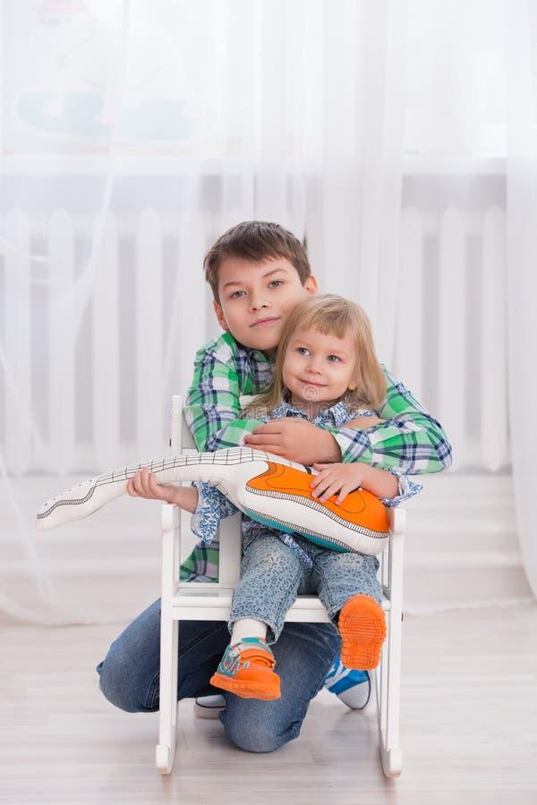 Glücklicher Bruder und Schwester lizenzfreies stockfoto