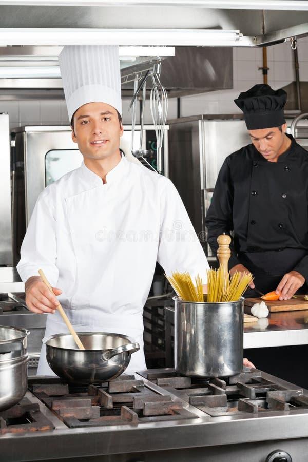 Glücklicher Chef Cooking Food stockbilder