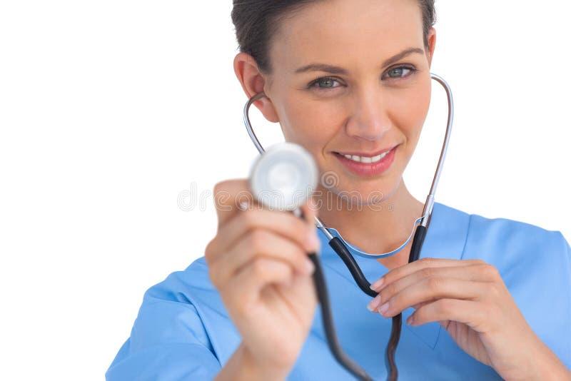 Glücklicher Chirurg, der Stethoskop hält lizenzfreie stockfotografie