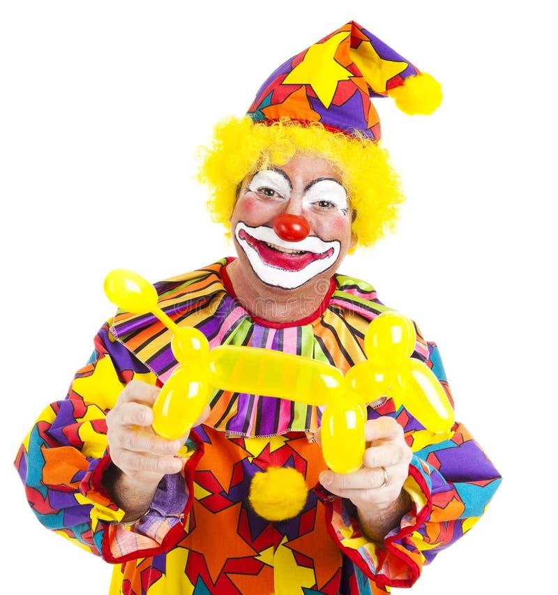 Glücklicher Clown mit Ballon-Hündchen lizenzfreie stockfotografie