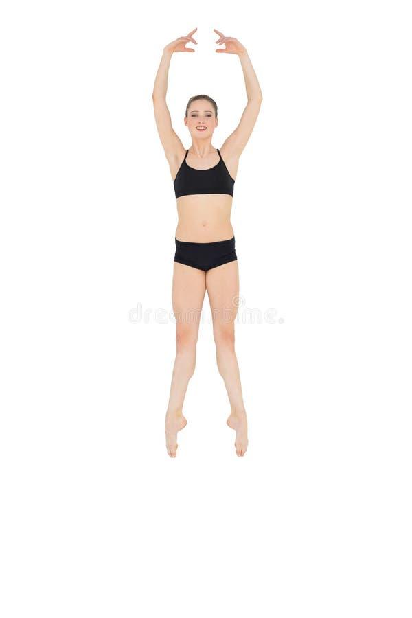 Glücklicher dünner Balletttänzer, der in die Luft springt lizenzfreie stockfotos