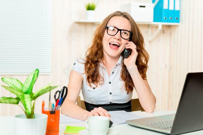 Glücklicher Direktor der Frau sprechend am Telefon lizenzfreie stockfotos