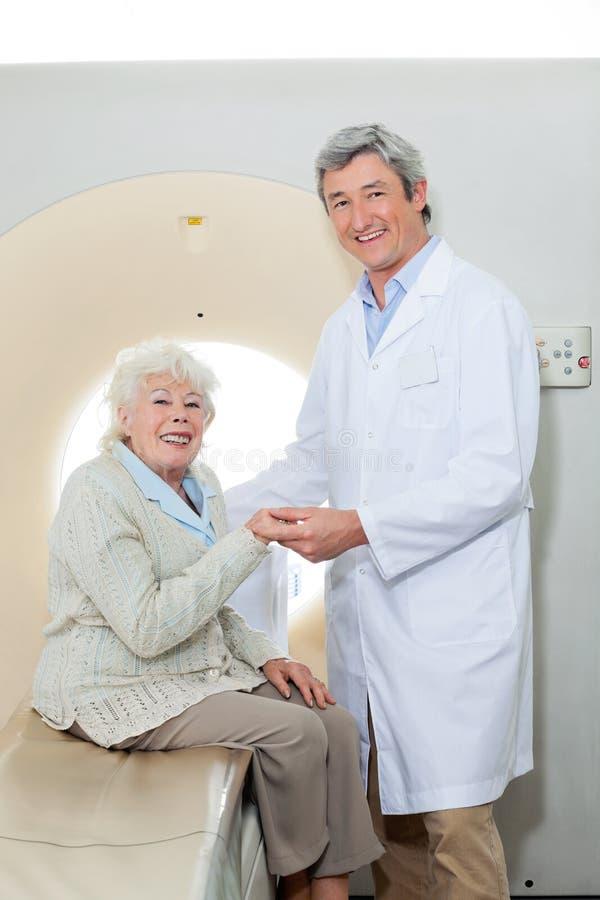 Glücklicher Doktor And Female Patient lizenzfreie stockbilder
