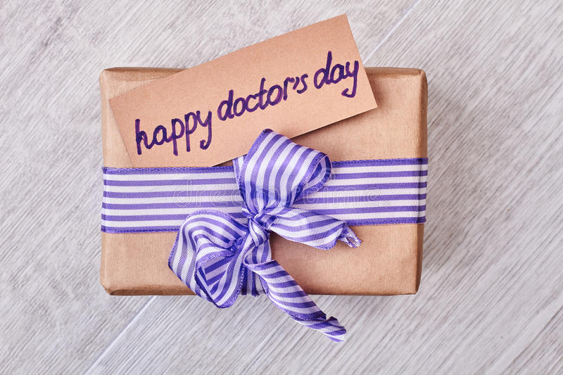 Glücklicher Doktor ` s Tagespräsentkarton stockfoto