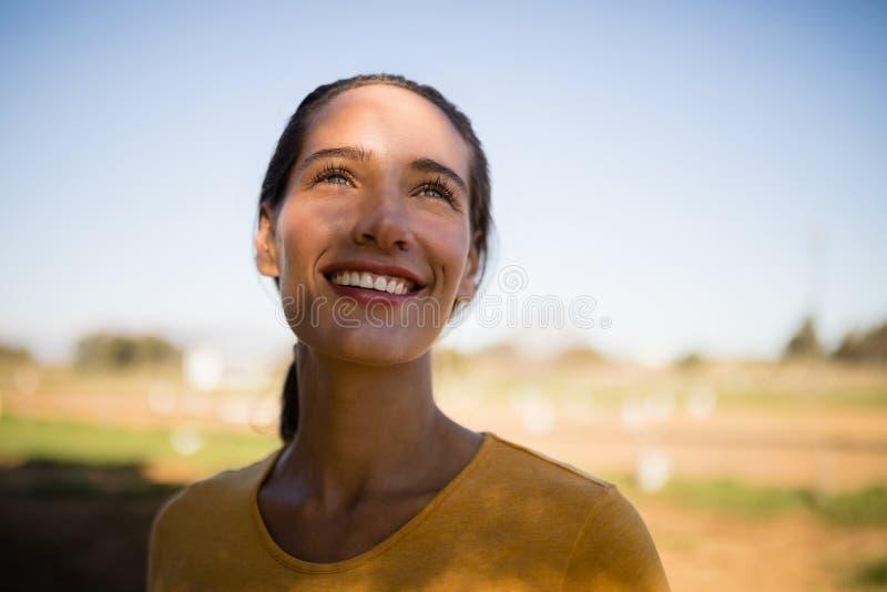 Glücklicher durchdachter weiblicher Jockey, der oben schaut stockbilder