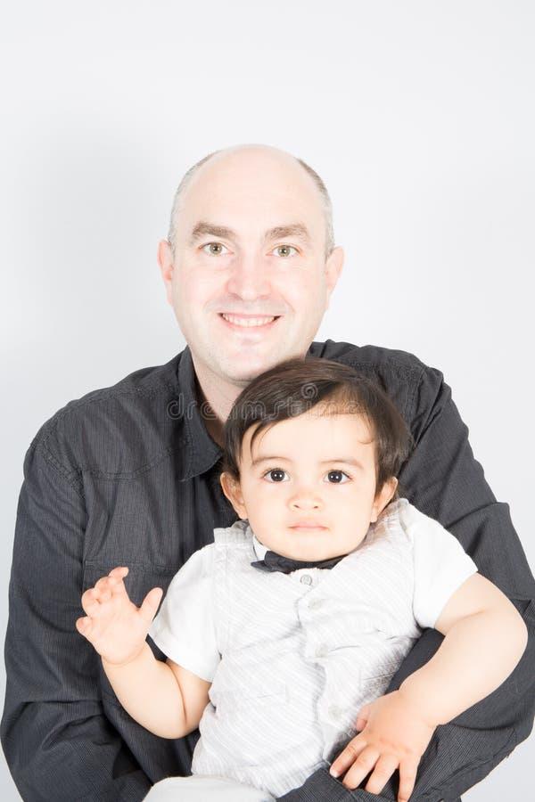 Glücklicher einzelner kahler Vater und Sohn Lokalisiert auf Weiß lizenzfreies stockbild