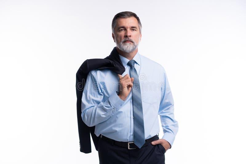 Glücklicher erfüllter reifer Geschäftsmann, der die Kamera lokalisiert auf weißem Hintergrund betrachtet lizenzfreie stockfotos