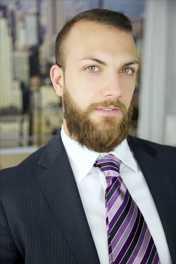 Glücklicher erfolgreicher Geschäftsmann, der Kameraporträt schaut lizenzfreie stockfotos