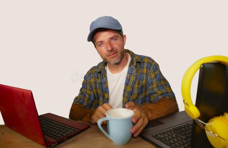 Glücklicher erfolgreicher Internet Bloggermann im Hippie-Blick, der am Schreibtisch auf Laptop-Computer Lächeln nett in Social Me lizenzfreie stockfotos