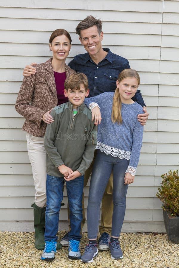 Glücklicher Familien-Mutter-Vater Son Daughter Outside lizenzfreie stockfotografie