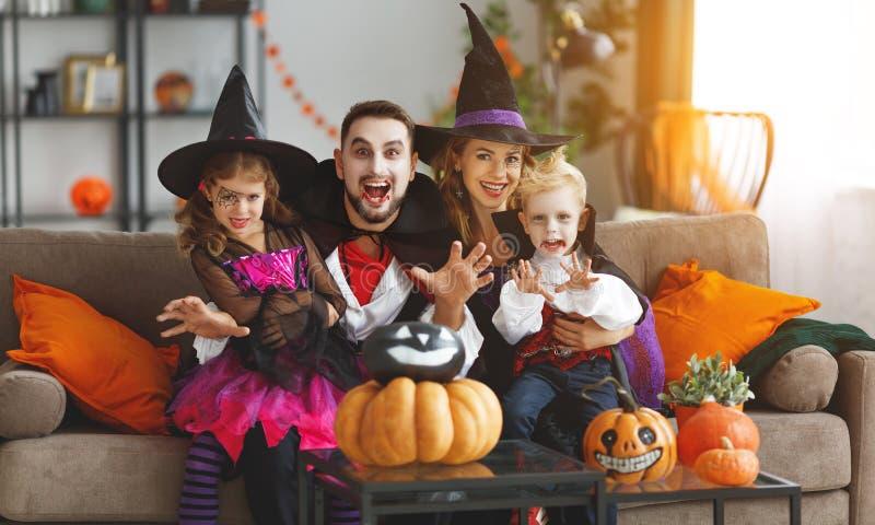 Glücklicher Familienmuttervater und -kinder in Kostümen und in Make-up O stockfoto