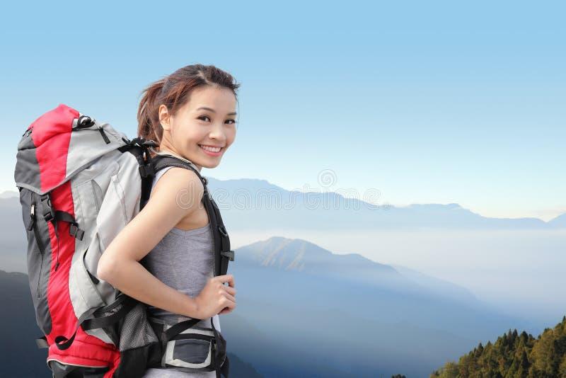 Glücklicher Frauengebirgswanderer stockbilder