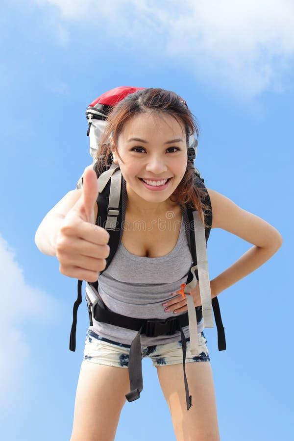 Glücklicher Frauengebirgswanderer stockfoto