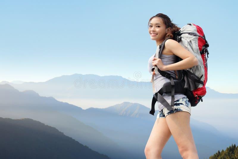 Glücklicher Frauengebirgswanderer lizenzfreie stockfotos
