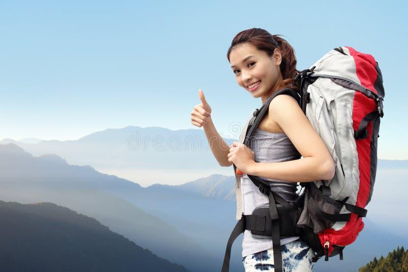 Glücklicher Frauengebirgswanderer lizenzfreies stockbild