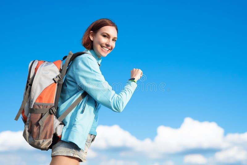 Glücklicher Frauengebirgswanderer stockbild
