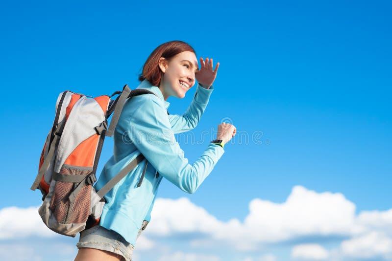 Glücklicher Frauengebirgswanderer lizenzfreies stockfoto