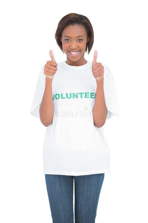 Glücklicher Freiwilliger, der Daumen aufgibt stockfotografie