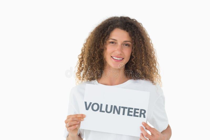 Glücklicher Freiwilliger, der ein Plakat zeigt lizenzfreie stockbilder
