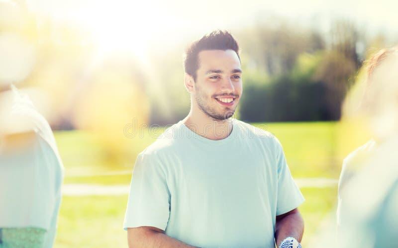 Glücklicher freiwilliger Mann im Park lizenzfreie stockfotografie
