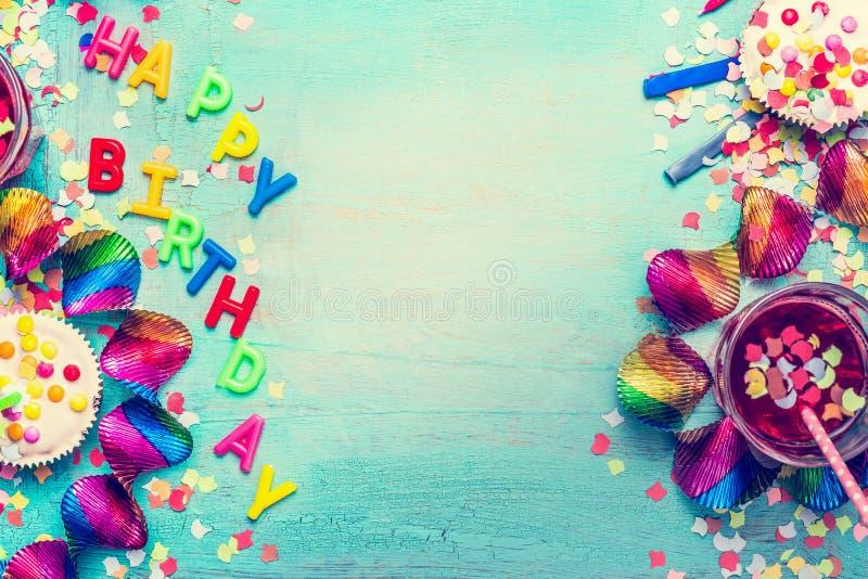 Glücklicher Geburtstagsfeierhintergrund mit Text, Getränken, kleinem Kuchen und bunten Werkzeugen, Draufsicht stockfoto