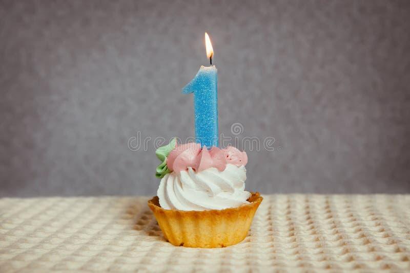 Glücklicher 1 Geburtstagskuchen und blaue Nummer Eins-Kerze lizenzfreie stockfotografie