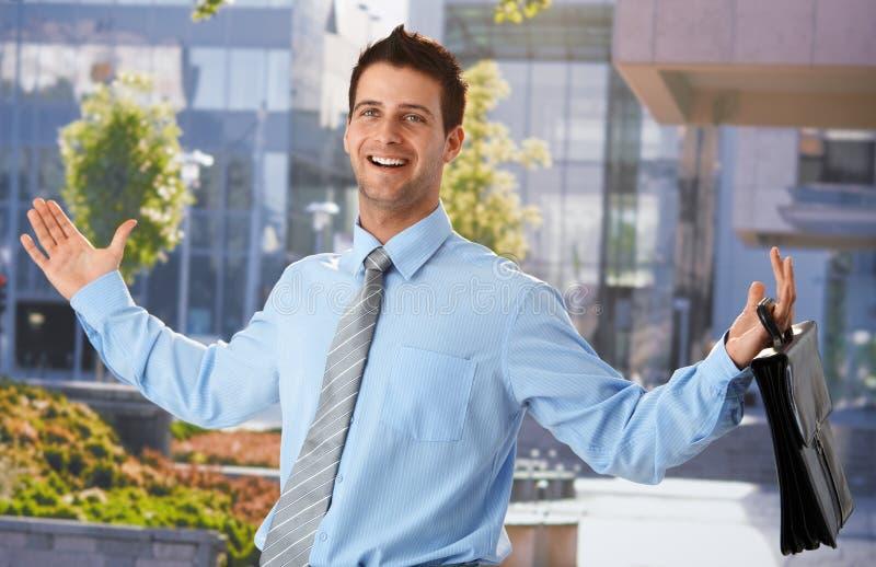 Glücklicher Geschäftsmann außerhalb des Büros lizenzfreies stockfoto