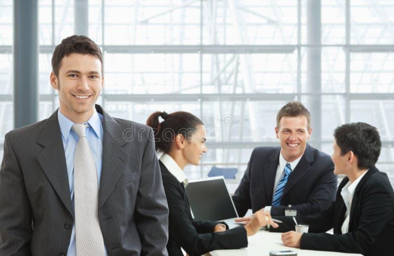 Glücklicher Geschäftsmann auf Sitzung stockbilder