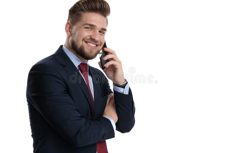 Glücklicher Geschäftsmann, der auf seinem Telefon und Lachen spricht stockfoto