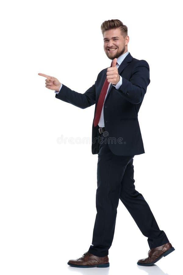 Glücklicher Geschäftsmann, der beim Gestikulieren okay tritt und zeigt stockbild