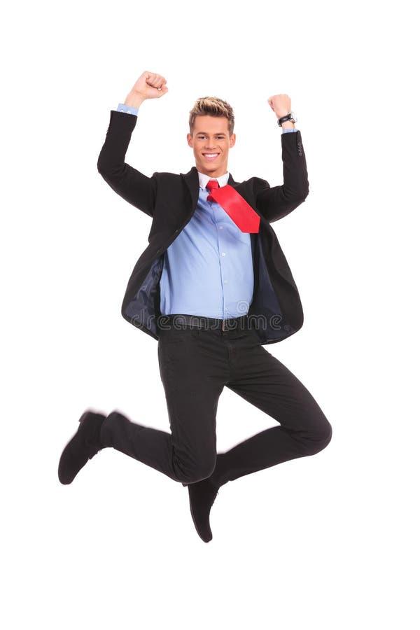 Glücklicher Geschäftsmann, der in einer Luft springt lizenzfreies stockbild