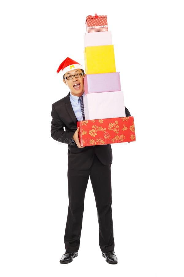 Glücklicher Geschäftsmann, der Geschenkboxen hält Lokalisiert auf Weiß stockfotografie