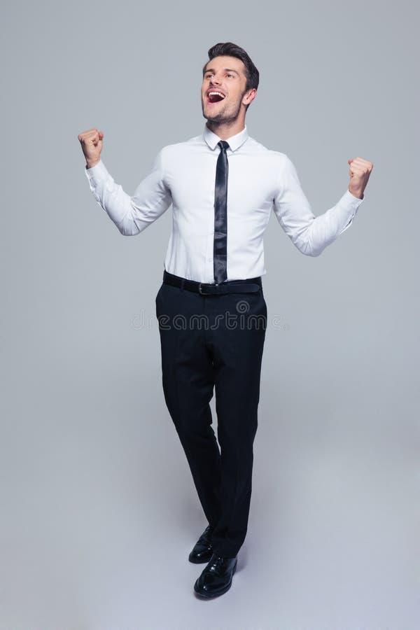 Glücklicher Geschäftsmann, der seinen Erfolg feiert stockfoto