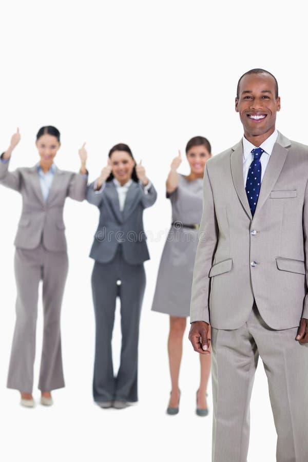 Glücklicher Geschäftsmann mit anerkennend Mitarbeitern stockfotos
