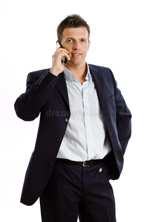 Glücklicher Geschäftsmann mit dem Mobiltelefon getrennt stockfoto