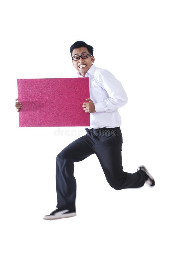 Glücklicher Geschäftsmann mit einem unbelegten Zeichen lizenzfreie stockfotografie