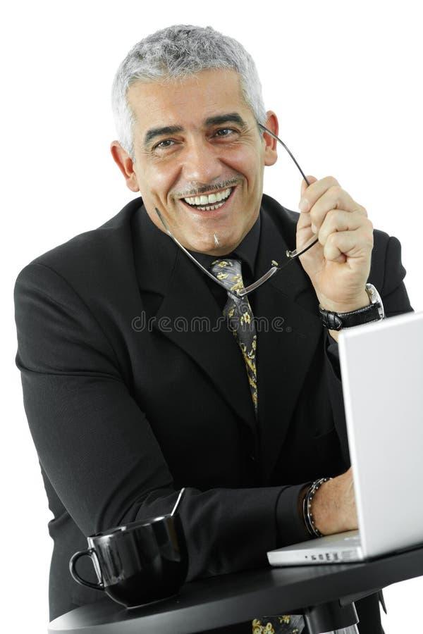 Glücklicher Geschäftsmann mit Laptop stockfotos