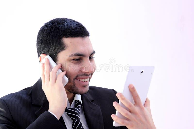 Glücklicher Geschäftsmann mit Tablette und Telefon stockfoto