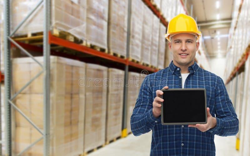Glücklicher Geschäftsmann mit Tabletten-PC am Lager lizenzfreies stockbild